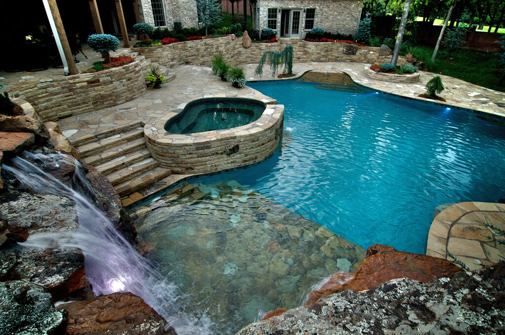Custom pool and spa in Ottawa